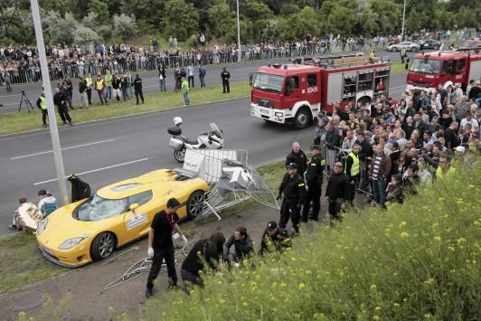 Δείτε τη στιγμή που αγωνιστικό αυτοκίνητο πέφτει πάνω στο πλήθος (VIDEO)