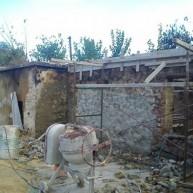 Όσο υπάρχουν άνθρωποι… Άνεργοι φτιάχνουν το σπίτι άνεργης πυρόπληκτης στα Χανιά