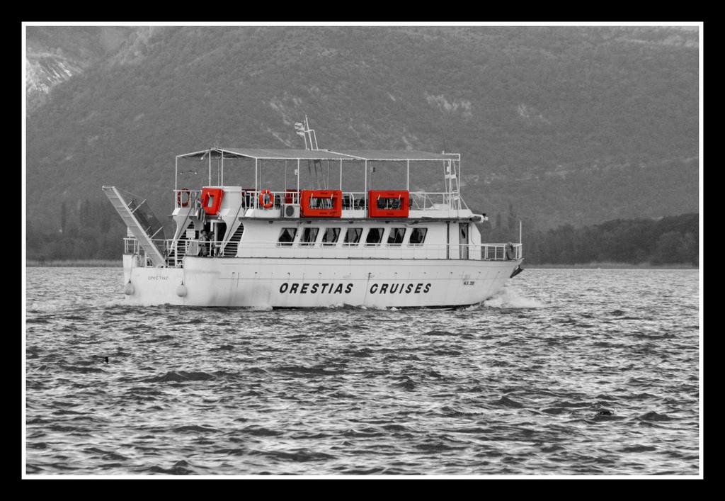 Δρομολόγια με σκάφος στη λίμνη της Καστοριάς