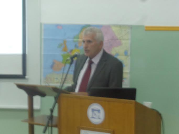 Ιστορία του 1ου Δημοτικού Σχολείου Κοζάνης: Ομιλία του Βασίλη Αποστόλου στις 29/10/2014 στην αίθουσα του δημοτικού σχολείου Γ.Κονταρής (1ο Δημοτικό) Κοζάνης