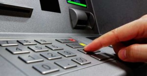 Τι αλλάζει στις αναλήψεις χρημάτων από τις τράπεζες – Νέα ανακοίνωση της Ενωσης Τραπεζών