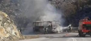 Στις φλόγες τυλίχθηκε λεωφορείο στην Εθνική Κοζάνης – Λάρισας