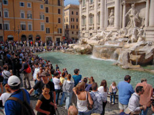 Πόσα χρήματα ρίχνουν το χρόνο στην Fontana di Trevi; (βίντεο)