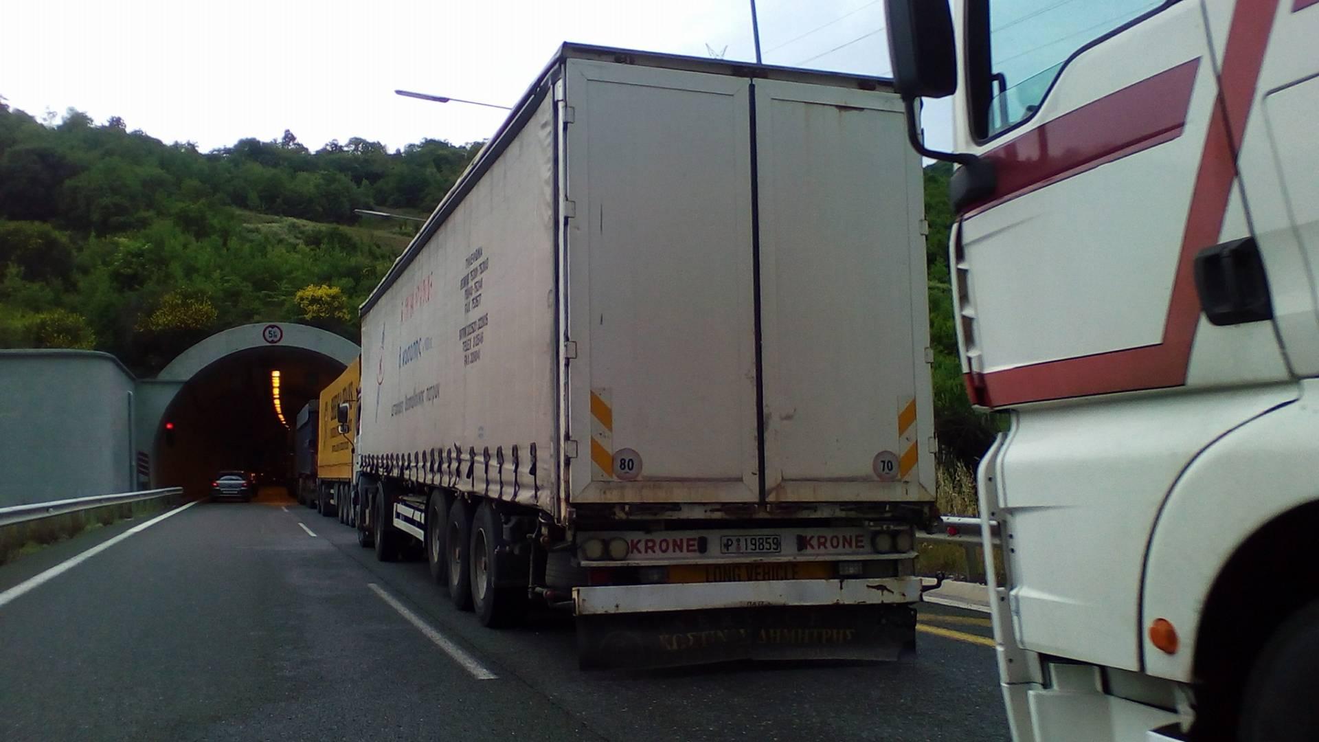 Εγνατία – Φορτηγό έπεσε πάνω σε προπορευόμενο ΙΧ στo τούνελ 7, στο ύψος του Πολυμύλου, στο ρεύμα προς Κοζάνη ( Φωτογραφίες)