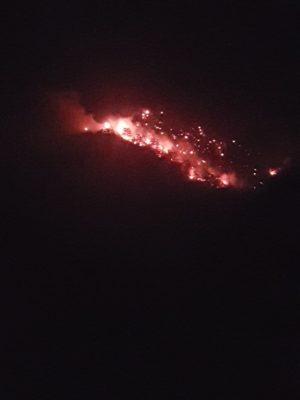 Αναζωπυρώθηκε η φωτιά που είχε εκδηλωθεί στην περιοχή «Γομάρα» της περιοχής Σαμαρίνας την προηγούμενη Τρίτη εξαιτίας πτώσης κεραυνού