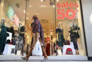 Ξεκινούν οι εκπτώσεις από σήμερα -Πόσο θα διαρκέσουν, ποια Κυριακή θα είναι ανοιχτά τα μαγαζιά