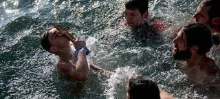 Εορτή των Θεοφανείων: Γιατί βουτάμε στο νερό για να πιάσουμε το σταυρό