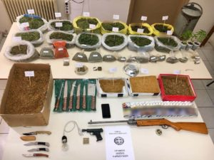 Συνελήφθησαν δύο άτομα σε περιοχή της Πτολεμαΐδας για διακίνηση και καλλιέργεια ναρκωτικών, καθώς και για παραβάσεις των νόμων περί όπλων και λαθρεμπορίας
