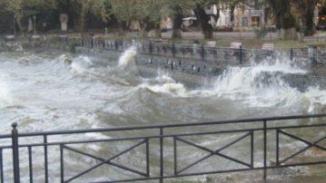 Τεράστια κύματα στη λίμνη Ιωαννίνων -Τα νερά έφτασαν μέχρι την πλατεία