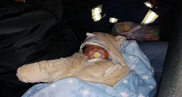 Γρεβενά: Η Πυροσβεστική απεγκλώβισε από τα χιόνια νεογνό τριών ημερών και τους γονείς του