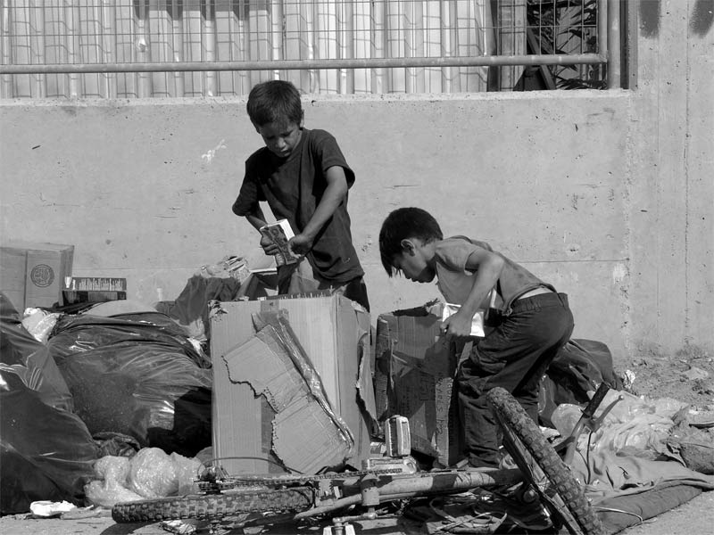 Σφηνάκια: Τα παιδιά… τα σκουπίδια στην πόλη, οι αγωγές και ο Περιφερειάρχης