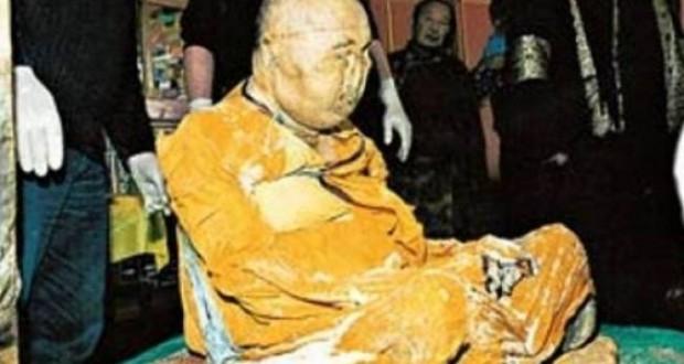 ΔΕΙΤΕ: Βουδιστής μοναχός που πέθανε το 1927 είναι… ζωντανός!