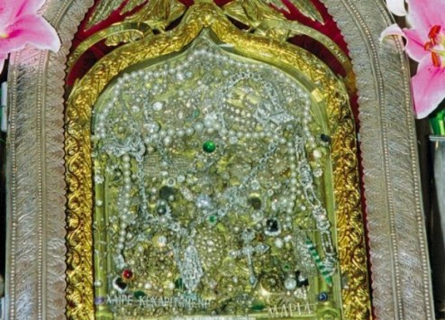Πώς είναι η εικόνα της Μεγαλόχαρης στην Τήνο πίσω από τα τάματα των πιστών;