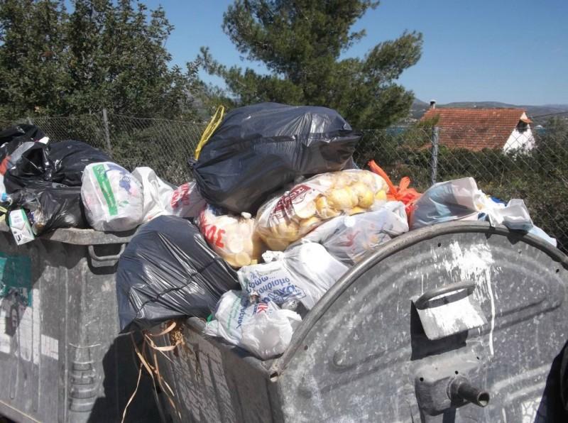 Αθλητικά σφηνάκια και άλλα: Εστία μόλυνσης έχουν γίνει οι κάδοι απορριμμάτων στο Καστράκι – Δυσαρεστημένοι οι κάτοικοι του Καλαμιτσίου για το οδικό δίκτυο