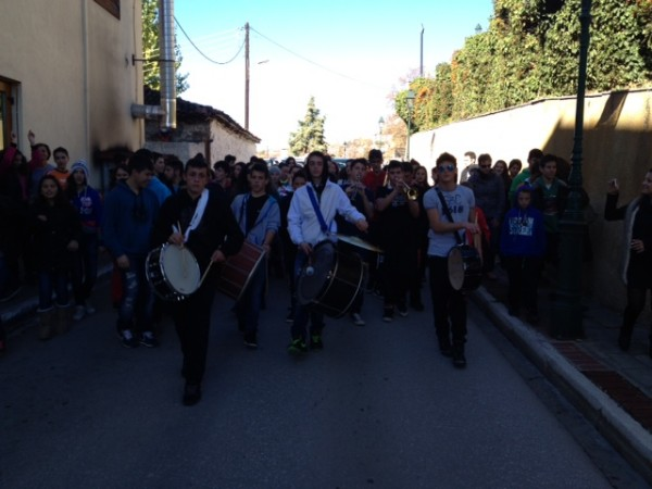 Πήραν τα όργανα και βγήκαν στους δρόμους. Διαμαρτυρία από το μουσικό σχολείο Σιάτιστας ( Βίντεο)