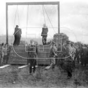 1925. Ο Πάγκαλος κρεμάει δυο αξιωματικούς, για καταχρήσεις στο δημόσιο. Φωτογραφικό ντοκουμέντο