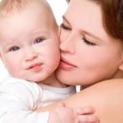 Η θεραπευτική αγκαλιά της μαμάς