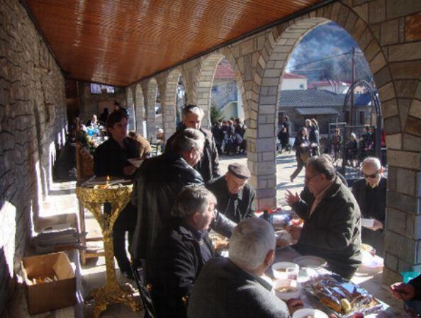 Εορτασμός της μνήμης του πολιούχου στα Πριόνια στον προαύλιο χώρο της εκκλησίας του Αγίου Αθανασίου