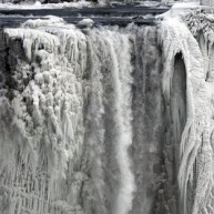Guardian: Εκπληκτικό φωτορεπορτάζ από τους παγωμένους καταρράκτες του Νιαγάρα