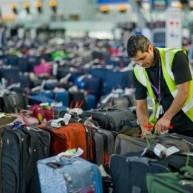 """Γιατί πληρώνουμε """"χρυσή"""" τη βαλίτσα στο αεροπλάνο;"""