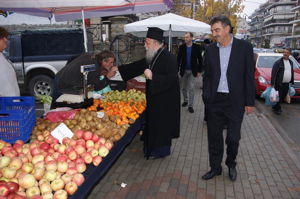 Ο Μητροπολίτης Γρεβενών κ.Δαβίδ στην Λαϊκή αγορά των Γρεβενών (φωτογραφίες)