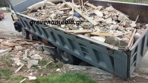 ΄΄ Βούλιαξε ΄΄ ο δρόμος στο Μικρό Σειρήνι και έπεσε μέσα φορτηγό αυτοκίνητο ! (φωτογραφίες)