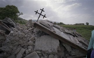 Ο μεγάλος σεισμός των Γρεβενών στις 13 Μαΐου 1995. Τα 6.6 R, οι δηλώσεις των πολιτών , οι σκηνές, οι καταστροφές στα χωριά, οι διανομές τροφίμων, η πόλη των Γρεβενών και τα πρόσωπα εκείνης της εποχής. Ένα 2ωρο ρεπορτάζ προ 20ετίας μέσα από το αρχείο του Κ.28 (βίντεο)