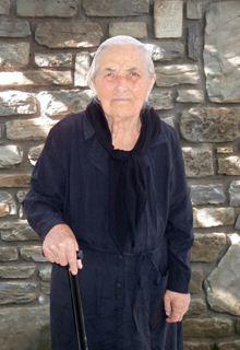 Tσεπίδου Ολγα: Ήρθε 5 χρονών στο χωριό Κάστρο από τις αλησμόνητες πατρίδες. Έκανε επτά παιδιά και άφησε πίσω της  21 εγγόνια , 41 δισέγγονα και 14 τρισέγγονα. Έφυγε σε ηλικία 98 ετών