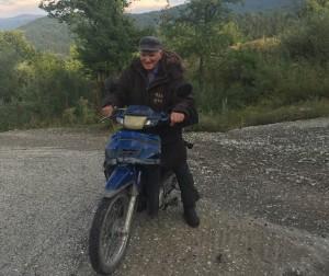 Γούλας Έξαρχος: Φωτογράφος. Κάτοικος Φούρκας Ιωαννίνων. Ετών 91. Ταξιδεύει με ένα μηχανάκι επί 70 χρόνια. Το «κοντέρ της ζωής του» έγραψε 1.650.000 χιλιόμετρα