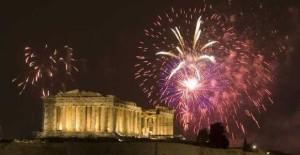 """Γνωστά και άγνωστα πρωτοχρονιάτικα έθιμα στην Ελλάδα – Από το """"σπάσιμο του ροδιού"""" στα """"μπουλιστρίνα"""""""