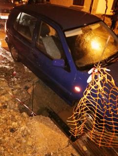 Αυτοκίνητο κατέληξε σε ανοιχτό φρεάτιο ύδρευσης στη Σιάτιστα (Φώτο)