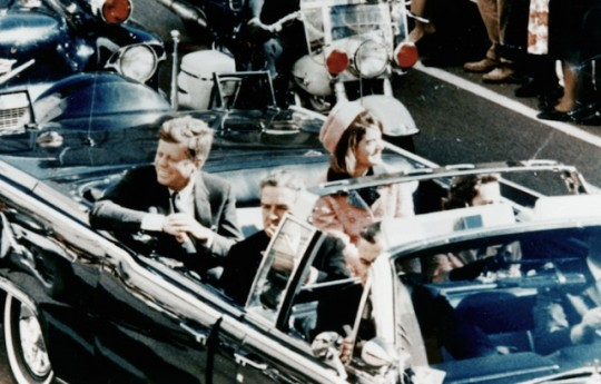 Η φωτογραφία την ώρα του φόνου: Η δολοφονία του Τζον Φ. Κένεντυ και η Μπάμπουσκα