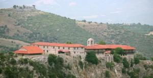 Μία πεζογέφυρα διχάζει κατοίκους και εκκλησία μεταξύ των κατοίκων της Δεσκάτης Γρεβενών και των Καμβουνίων Κοζάνης