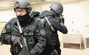 Σκηνές από…αστυνομική ταινία στην Εράτυρα Κοζάνης – Έφοδος της ΟΠΚΕ για ψυχασθενή που κρατούσε όμηρο τη μητέρα του – Είχαν προηγηθεί διαπραγματεύσεις