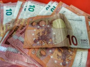 Κοινωνικό Εισόδημα Αλληλεγγύης: 200 ως 500 ευρώ το μήνα σε 700.000 άτομα – Ποιοι δικαιούνται τα χρήματα