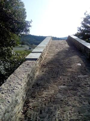 Αφαίρεσαν πέτρινες πλάκες από το αναπαλαιωμένο γεφύρι στον Ζιάκα (φωτογραφίες)