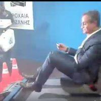 Ο Περιφερειάρχης Δ. Μακεδονίας, δοκιμάζει τον προσομοιωτή καθίσματος αυτοκινήτου στο περίπτερο της Τροχαίας Κοζάνης στην έκθεση στα Κοίλα