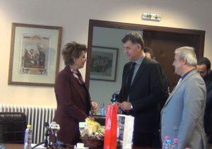 Τα δώρα που προσέφεραν στην Υπουργό Διοικητικής Ανασυγκρότησης κ. Γεροβασίλη (βίντεο)