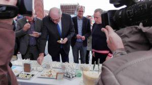 """Επίσκεψη του Επιτρόπου της Ευρωπαϊκής Ένωσης για θέματα Αγροτικής Ανάπτυξης Ρhil Hogan στην Πρότυπη μονάδα """" ΚΟΥΡΕΛΛΑΣ Α.Ε"""""""