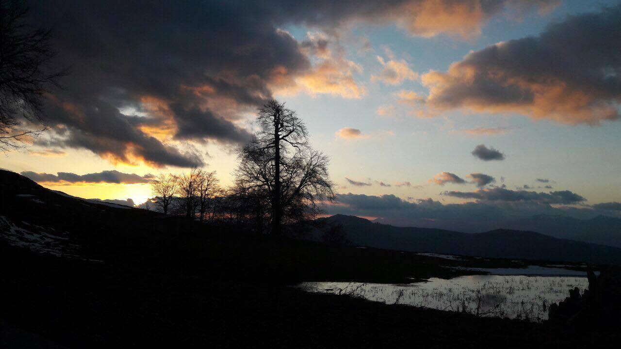 Ηλιοβασίλεμα στο Ρωμιό της Σαμαρίνας – Στο βάθος η Φούρκα Κονίτσης και ο Γράμμος