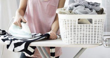 Το τρικ με το αλουμινόχαρτο που κάνει το σιδέρωμα παιχνιδάκι