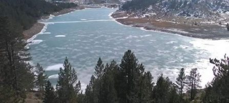 Πάγωσε τμήμα της τεχνητής λίμνης του Αώου στο Μέτσοβο. Εντυπωσιακές φωτογραφίες