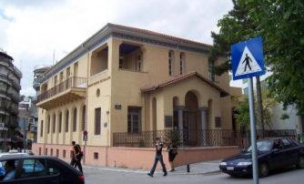 Γυμνός άντρας μέσα στην Εθνική Τράπεζα της Κοζάνης!