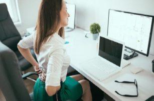 Τέσσερις ασκήσεις για την πλάτη που μπορείς να κάνεις ενώ είσαι στο γραφείο