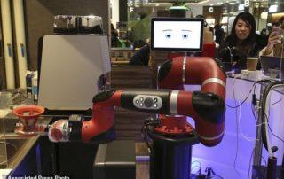 Ρομπότ-μπαρίστα σερβίρει σε καφέ της Ιαπωνίας