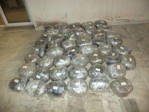 Στο πλαίσιο συνεχιζόμενων δράσεων για την καταπολέμηση της διακίνησης ναρκωτικών ουσιών στη Δυτική Μακεδονία, συνελήφθησαν -5- αλλοδαποί για μεταφορά μεγάλης ποσότητας ακατέργαστης κάνναβης, βάρους 47 κιλών και 695 γραμμαρίων, σε περιοχή της Φλώρινας