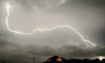 Συννεφιασμένη Κυριακή με βροχές και καταιγίδες
