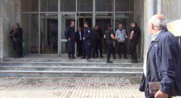 Αναβλήθηκε η δίκη του συζυγοκτόνου του Βελβεντού χθες στο δικαστήριο των Γρεβενών. (Βίντεο- Δηλώσεις)- Σχεδίαζε «επίθεση» στην πεθερά του μέσα από τη φυλακή