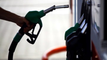 Φόροι ρεκόρ στη βενζίνη αλλά χωρίς κίτρινα γιλέκα στην Ελλάδα