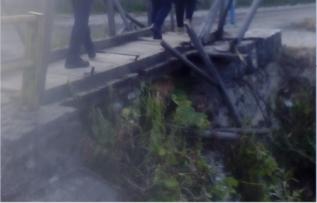 Επικίνδυνη η πεζογέφυρα που ενώνει τους δύο οικισμούς στην Κοινότητα Περιβολίου (φωτογραφίες)